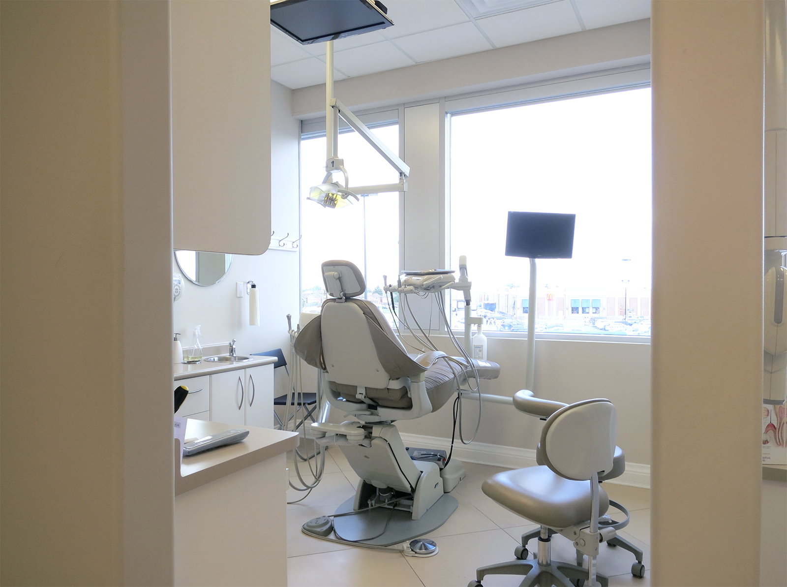 Dental room with ceiling- and chair-mounted monitors